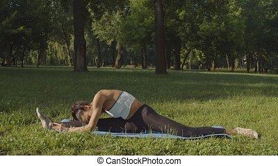 divisions, femme, natte, yoga, extérieur, flexible