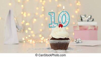 dix, brûlé, nombre, gâteau anniversaire, bougie