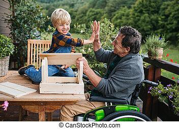 diy, 小さい, 祖父, シニア, 建設すること, project., 男の子, birdhouse, 車椅子