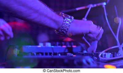dj, exécuter, néon, boîte nuit, lumières, mains, disco, partie.