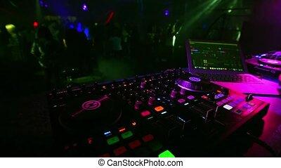 dj, foule, gens, danse, mélangeur, brouillé, musique, fête, boîte nuit