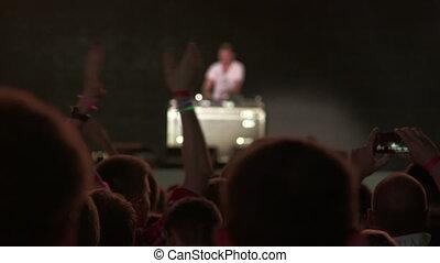 dj, foule, pont, musique mélangeant, devant, étape