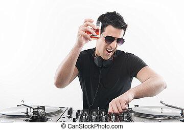 dj, homens jovens, isolado, enquanto, plataforma giratória, bebendo, turntable., girar, feliz, branca, fresco