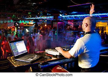 dj, misturas, a, pista, em, a, danceteria, um partido