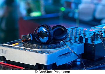 dj, mixer, mit, kopfhörer, an, a, nachtclub