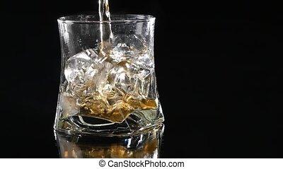 do góry., powolny, whisky, istota, motion., przeciw, szkło, lał, czarnoskóry, tło., zamknięcie