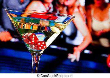 dobbelsteen, aperitiefglas, geluksspelletjes, voorkant, tafel, rood