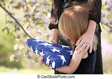 doblado, bandera estadounidense, padres, sostener a niño