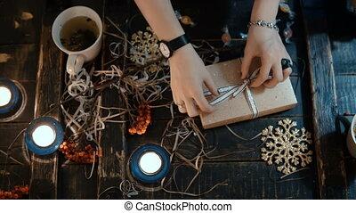 doboz, párosít, ülés, tető, nyílás, fiatal, ünnepek, dekoráció, együtt., asztal, karácsony, kilátás
