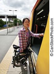 dobrando, bicicleta, ligado, um, transporte público