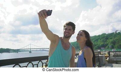 dobre przeglądnięcie, młoda para, wpływy, niejaki, selfie, z, niejaki, smartphone, przed, opracowanie, razem, na, miasto, most
