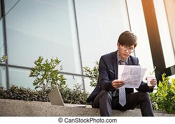 dobry, aktówka, handlowy, posiedzenie, wpływy, młode przeglądnięcie, zaufany, znowu, dokumenty, nosić, człowiek, outdoors, poza, document., formalny