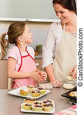 dochter, en, moeder, versiering, cupcakes, bestrooit