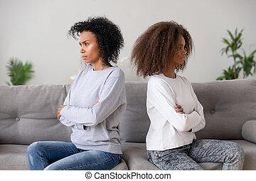 dochter, gezin, zittende , na, bankstel, separately, afrikaan, moeder, ruzie
