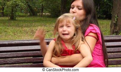 dochter, haar, bewjizen, omhelzen, kalm, het schreeuwen, moeder