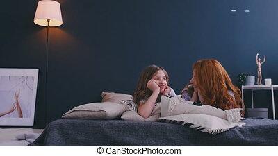 dochter, haar, family., moeder, bed, het koesteren, bedroom., kind, meisje, hartelijk, spelend, vrolijke