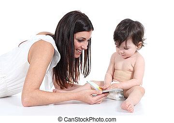 dochter, haar, het tonen, boek, aantrekkelijk, moeder, vrolijke