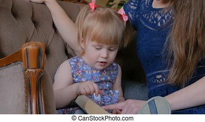 dochter, haar, jonge, boek, moeder, baby, thuis, lezende