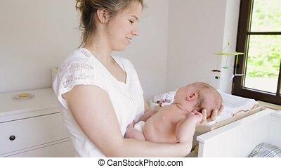 dochter, haar, jonge, pasgeboren, vasthouden, moeder, baby, thuis