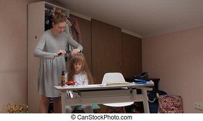 dochter, moeder, het kammen