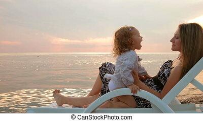 dochter, ondergaande zon , moeder