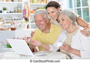dochter, paar, volwassene, gebruik, senior, draagbare computer, vrolijke