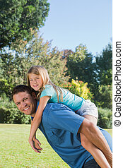 dochter, piggy, krijgen, het glimlachen, fototoestel rug, papa