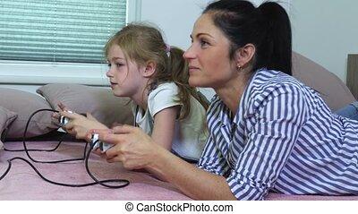 dochter, spel, computer, moeder, thuis, spelend