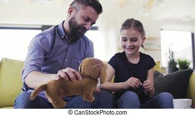 dochter, zittende , playing., sofa, vader, kleine,...