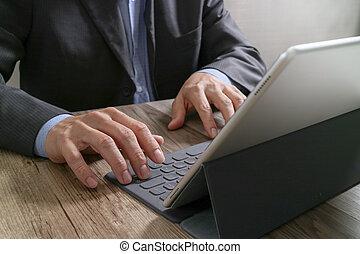 docking, lavorativo, tavoletta, legno, tastiera, successo, mano, digitale, scrivania, uomo affari, far male