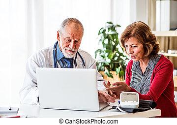 docteur, à, ordinateur portable, parler, a, femme aînée, dans, bureau.