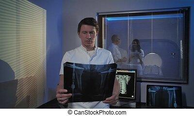 docteur, études, professionnel, salle, stands, mâle, image, work., gens, rayon x, picture., tomographie, docteur.