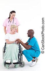 docteur, afro-américain, chaise, roue, patient, parler