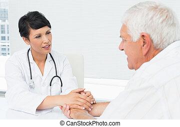 docteur féminin, malades, tenant mains, personne agee
