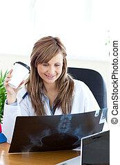 docteur féminin, regarder, radiographie, heureux