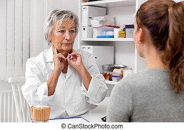 docteur féminin, tenue, elle, ganglion lymphatique, sur, les, cou, exposition, et, démonstration