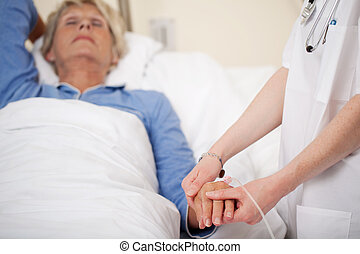 docteur féminin, vérification, malades, pouls, dans, hôpital