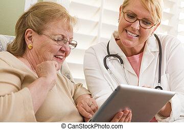 docteur femme, conversation, tampon, infirmière, toucher, personne agee, ou
