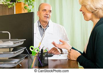 docteur femme, discuter, mûrir