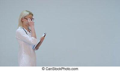 docteur femme, gris, contre, écriture, quoique, presse-papiers, fond, sourire