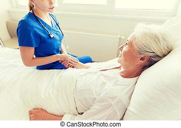 docteur femme, hôpital, infirmière visite, personne agee, ou