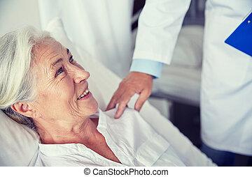 docteur femme, hôpital, visiter, personne agee, heureux