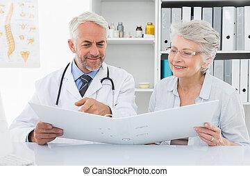 docteur, femme, lecture, patient, rapports