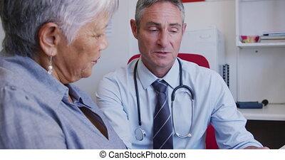 docteur, femme, maison, personne agee, examiner, retraite