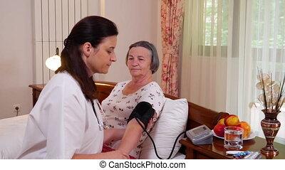 docteur femme, vérification, pression, sanguine, femme, personne agee