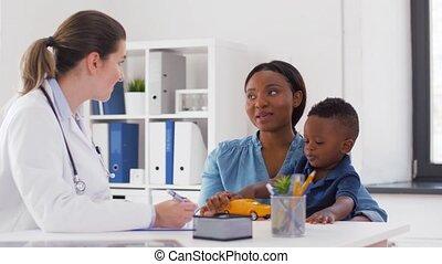 docteur, fils, clinique, mère, bébé, heureux