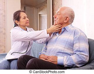 docteur mûr, homme, examiner, personne agee