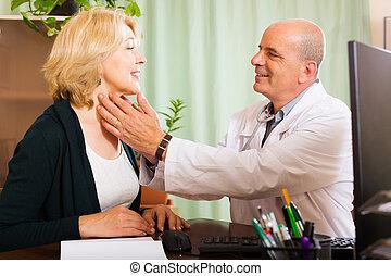 docteur mûr, vérification, thyroïde, de, femme souriante