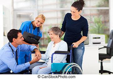 docteur masculin, réconfortant, personne agee, patient