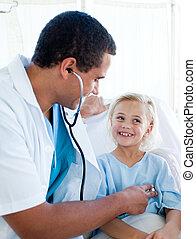 docteur masculin, vérification, les, pouls, sur, a, sourire, peu, patient